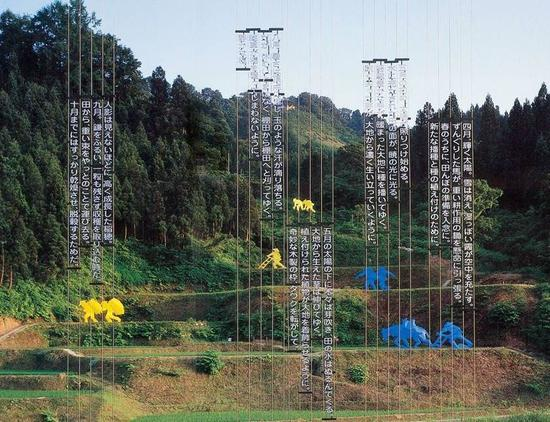 """在第一届大地艺术节上的卡巴科夫夫妇大地艺术装置作品""""稻田""""图片"""