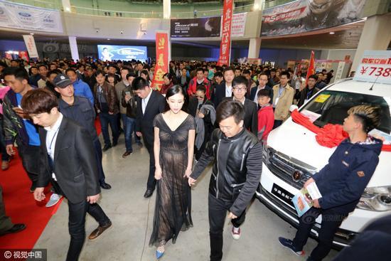 兽兽亮相车展引众人围观