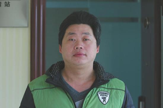 四川男子6岁看耍猴被4男拐骗 养父花550元抱养了他