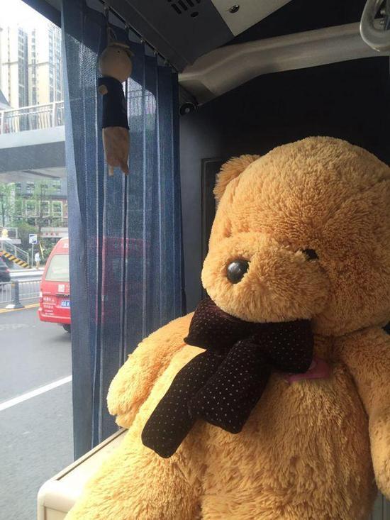 成都现最童心公交车 车内摆大型玩具熊玩偶