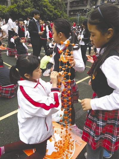 """学生们用萝卜牙签搭""""高塔"""""""