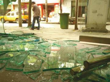 车祸现场,散落着不少玻璃碎片。
