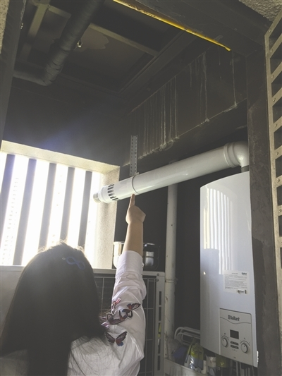 甘女士指认储物间内排水故障引起的漏水