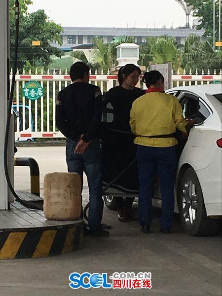 图为本网记者4月25日在眉山市太和镇中石油加油站加油时看到的场景