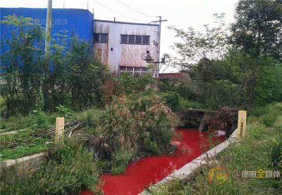 广汉沟渠污染触目惊心 呈大面积红色似鲜血
