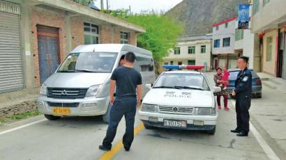 泸 定当地管制小组劝返牛背山游客。