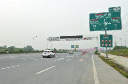 成自泸高速成都入口指示牌不太明显,容易进入左侧通往华阳的成仁快速通道。