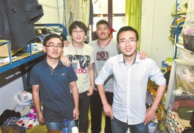 四川大学学霸寝室的4名室友在寝室里合影。