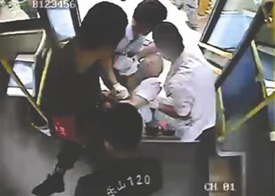 医护人员对宋平进行急救 视频截图