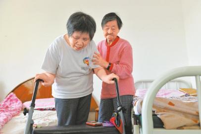朱鸣鸑老人搀着媳妇做训练。