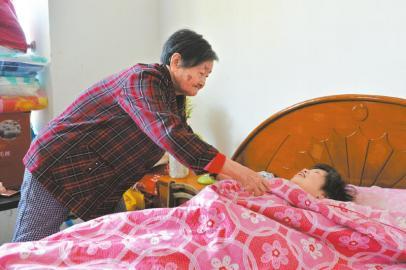 朱鸣鸑老人在照顾媳妇休息。