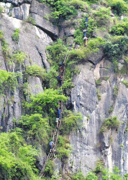 26日,凉山州昭觉县支尔莫乡勒尔村,村民上山需要在悬崖上攀爬12段天梯。