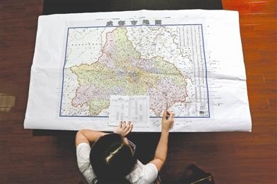 昨日,成都地图出版社的工作人员正在审校新版成都地图。