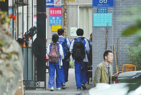 5月27日,成都某中学外的小区门口,刚刚放学的学生进入小区。