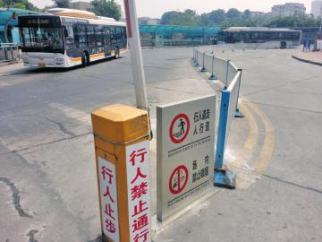 自贡无视禁烟标识 20分钟内3人在车站候车厅吸烟高清图片