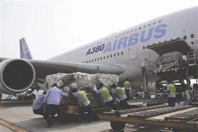 A380的机身非常高,运输行李进货舱需要升降机。