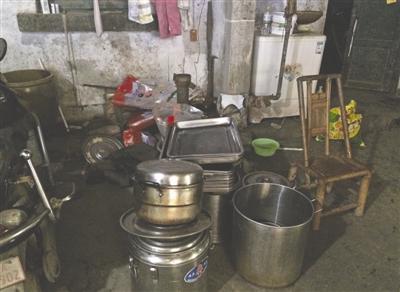 作坊内凌乱的餐具,卫生条件堪忧