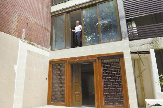 房屋的阳台被拆除,推拉门一开就面临一楼空地,非常危险。