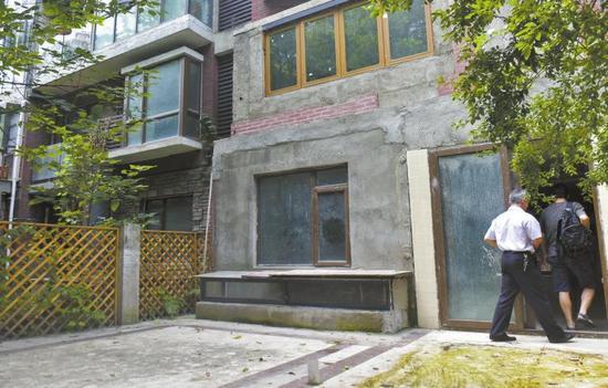 房屋改建后和隔壁的差别。