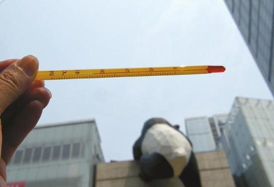 6月20日14点35,成都红星路步行街,成都室外气温达到34℃。