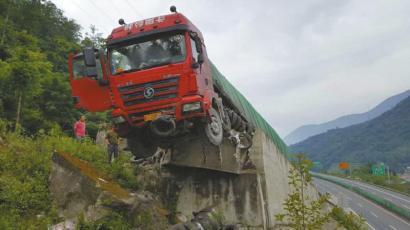 由于巨大的惯性,货车冲至100多米长的避险车道尽头,直到车头悬空才完全停下。