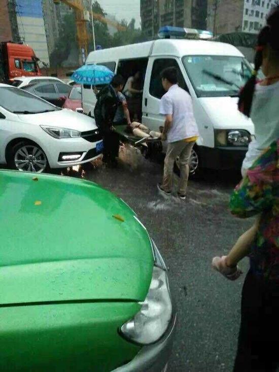 因暴雨袭击,女孩涉水不幸卷入车底,最终经抢救无效不幸身亡
