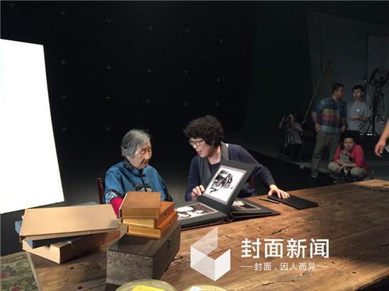 《红色气质》拍摄现场。图为陈小波(右)与瞿秋白女儿瞿独伊。图据封面新闻