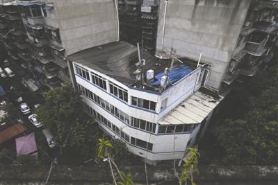 成都社区办公楼屋顶垮了