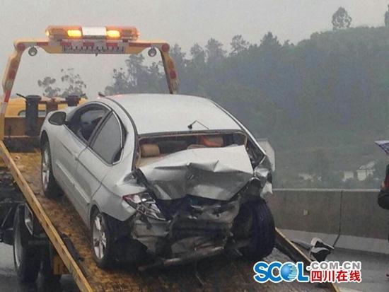 成自泸高速威远县境内发生追尾事故