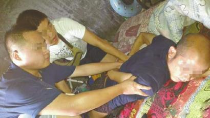 警方将涉嫌伤人的男子抓获。