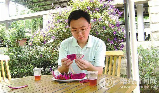 朱白庚向记者展示他种植的水果
