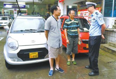 7月5日,成都交警五分局民警在辖区内挡获两辆老年代步车,民警对无证驾驶员进行教育。