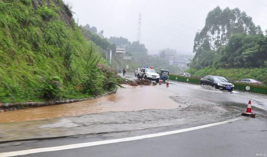 7月5日10时54分,洪中路遂洪高速出口交接处的滑坡和积水。