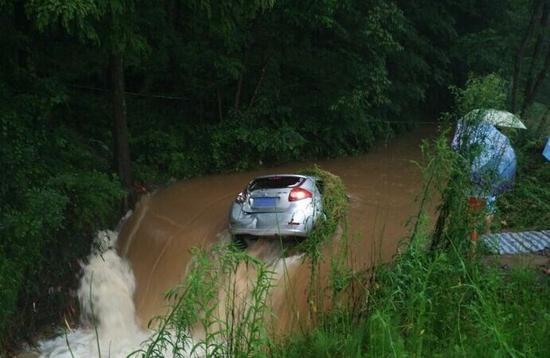 汽车被冲进水沟 周朋摄。