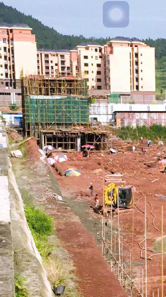 """""""花香里""""工地上已经修建出的3层楼房子"""
