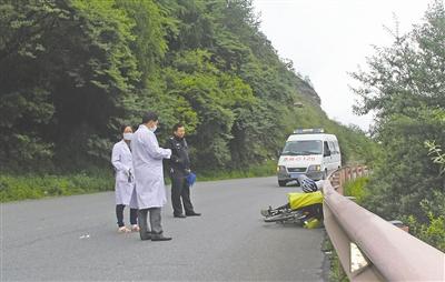 6月19日下午,巴朗山,民警和医务人员赶到现场时,骑行者已经去世 (卧龙镇派出所供图)