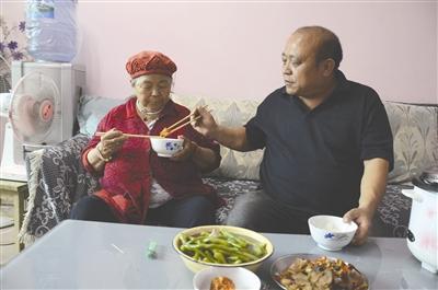 目前,在妻子的谅解下,刘相礼已把母亲接回家。昨日,他又抽空回来陪母亲吃饭