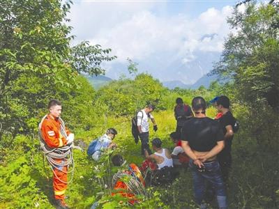 救援难度太大,救援人员中途小憩 救援人员供图