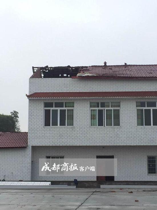 村民屋顶瞬间被吹走