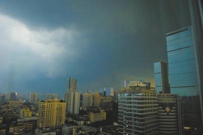 8月7日,成都黑云压顶,下起冰雹。