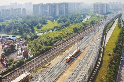 8月19日,成都西站进出站的轨道已经铺设完毕。