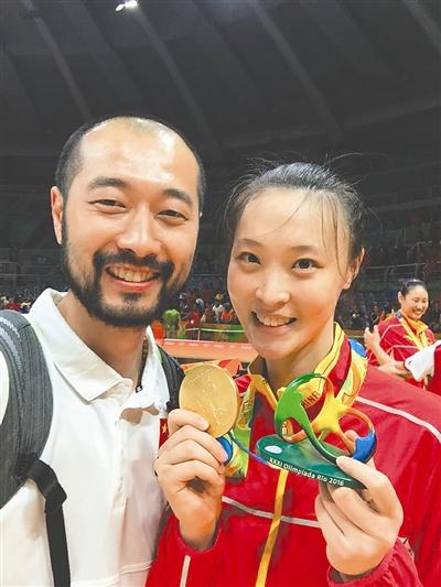 吴晓雷与女排队长惠若琪合影 受访者供图