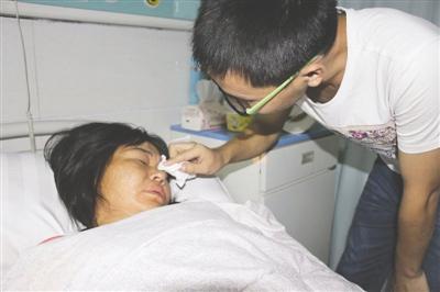 图由通江县义工协会提供 强强回家后深深自责,在病床前为母亲擦眼泪
