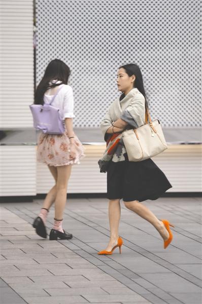 29日,红星路三段,凉飕飕的冷风吹得女子裹起了披肩。