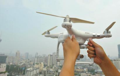 无人机不是你想飞就能飞了。从9月1日起,若未经军民航职能部门批准,在成都双流机场净空保护区进行无人机、航空模型等飞行活动,其行为将构成违法,公安机关将依法予以查处。