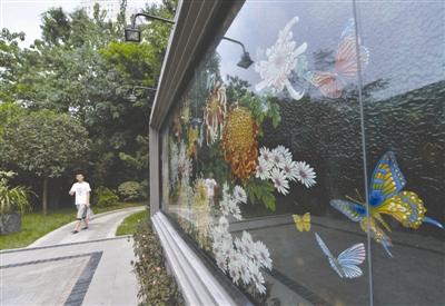 """2016年8月20日,成都市人民公园的浮雕漆画""""百菊图"""""""