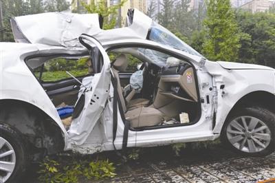 9月5日13时许,三环路上发生一起交通事故,白色大众轿车受损严重
