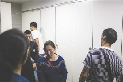 昨日地铁1号线火车北站站,市民排队入厕 摄影实习生 秦天