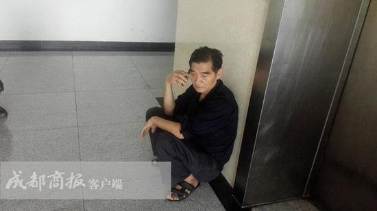 9月10日,父亲赵德成坐在医院的大厅里,他说不敢躺下休息,怕一躺下就起不来。