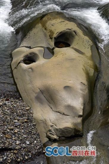 酷似巨人头骨